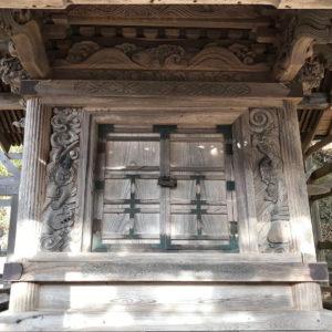 鎧武者が彫られた本殿正面