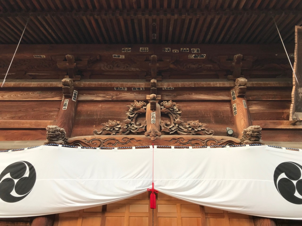 扉上の牡丹