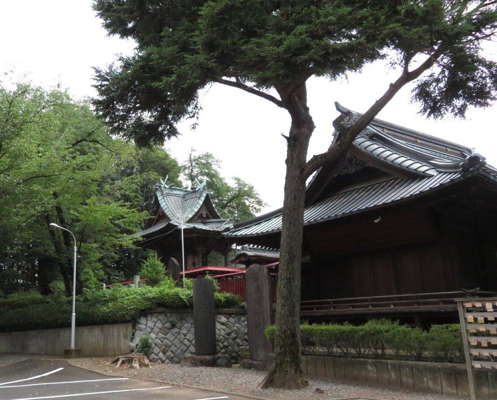 駐車場から見た八幡神社本殿