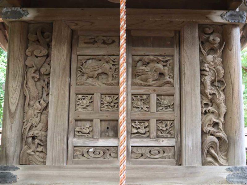 正面扉の獅子と脇板の龍