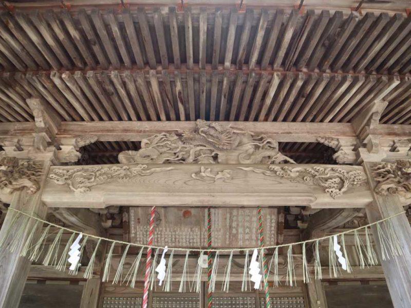 石動神社向拝の龍