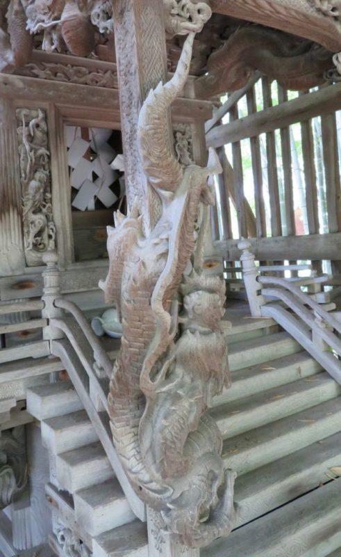 埼玉県横瀬町中郷諏訪神社 向拝柱の龍
