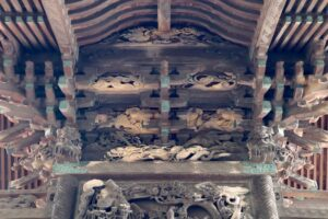 伊勢崎神社御本殿背面斗栱間彫り物
