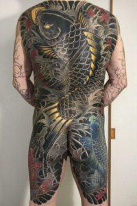 鯉(カバーアップ)背中額彫り